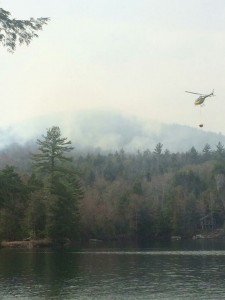 helo-dropping-h20-on-ossipee-forest-fire